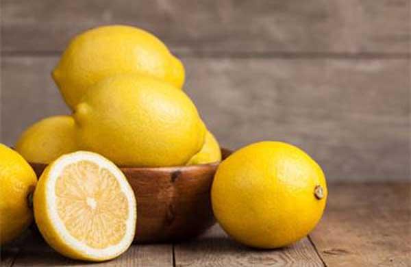 una manera de limpiar el horno muy sucio es con limon